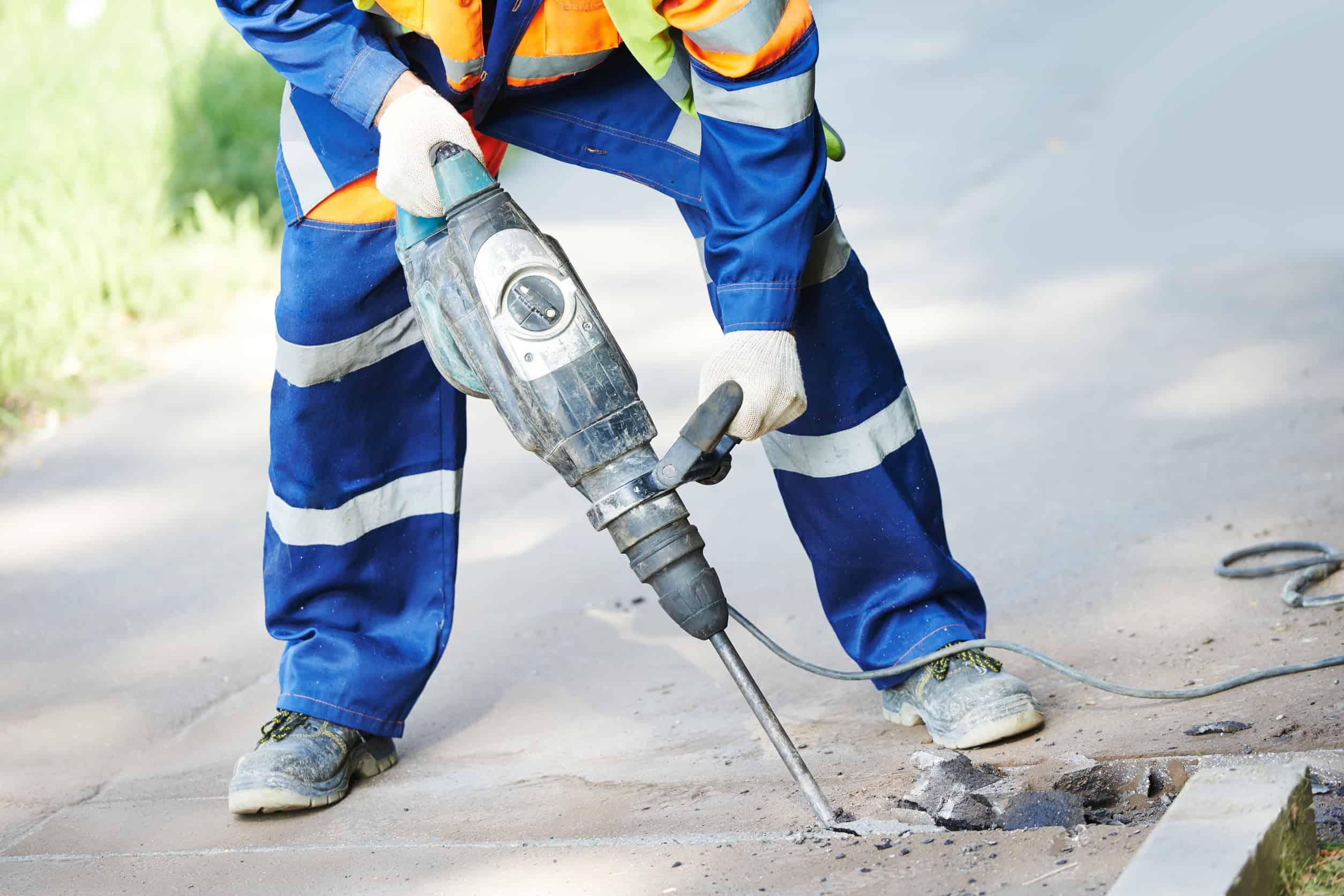 Baustellenarbeiter mir Bohrhammer